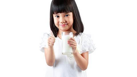 การเลือกนมสำหรับ เด็กแพ้โปรตีนนมวัว