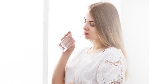 ดื่มน้ำร้อนหรือน้ำเย็นมีผลกับน้ำนมแม่ไหม?