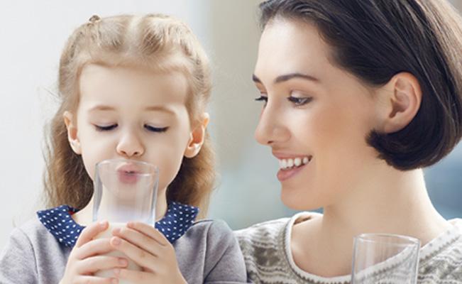 ฝึกลูกน้อยกินนมจากขวดหรือแก้วอย่างแฮปปี้!